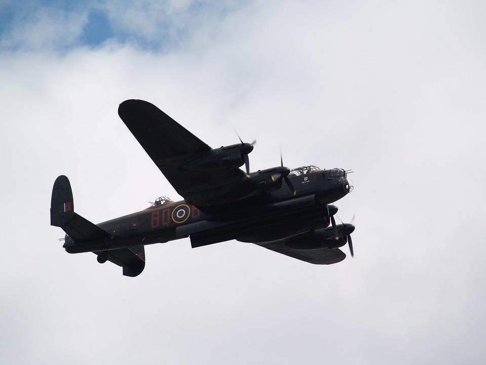 bomber-429985_960_720